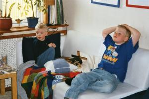 hugo och lucas tittar på TV 2002