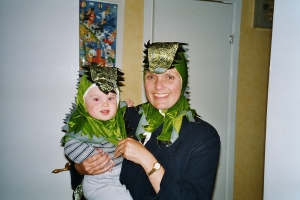 Hugo och mamma Erica utklädda till drakar 1999