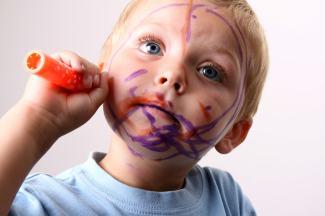barn målar sig själv
