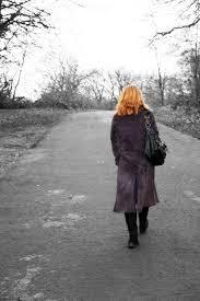 kvinna går iväg
