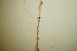 spricka i väggen
