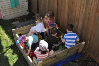 barn i sandlåda 2