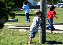barn som leker kurragömma