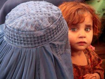 afghansk kvinna med barn