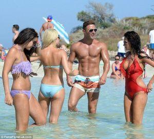 man i badbyxor kvinnor i bikini