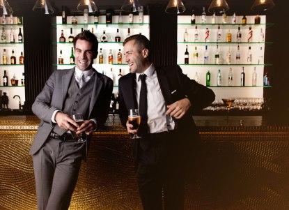 män i en bar