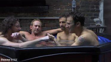 män som badar