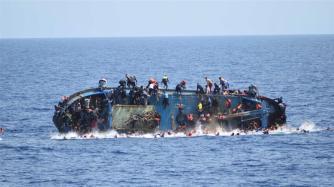 flyktingar på vältande båt