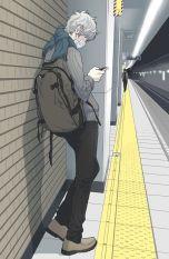 tonårspojke på tågstation
