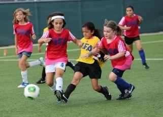 flickor som spelar fotboll.jpg