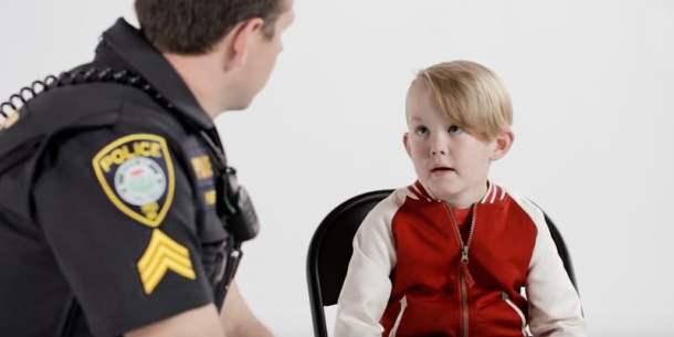 polis pratar med barn.jpg