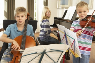 Barn spelar instrument.jpg