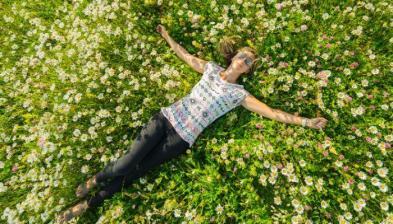 kvinna ligger i gräset.jpg