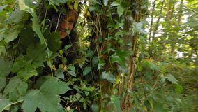 kvinna i en buske