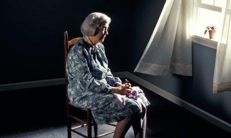 ensam gammal kvinna